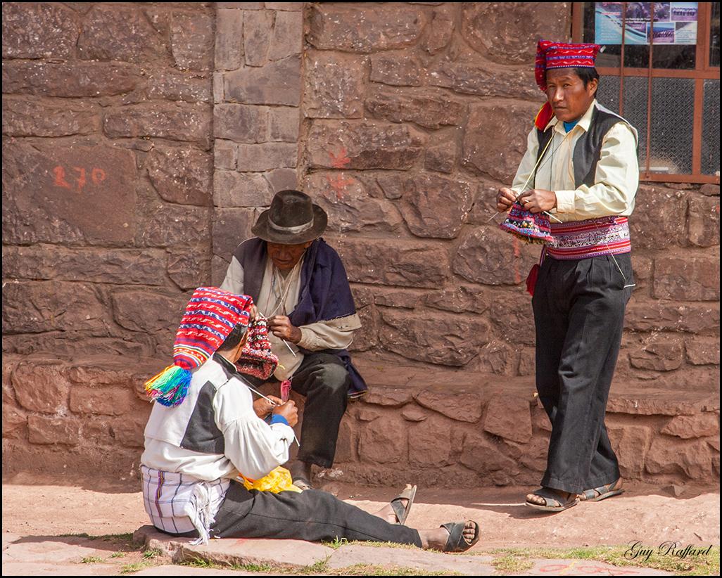 Les hommes tricotent et réalisent leurs bonnets traditionnels